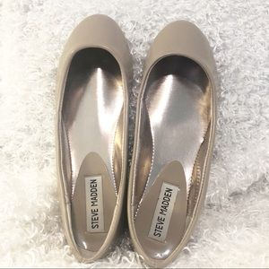 STEVE MADDEN NUDE PATENT LEATHER FLATS SZ 5.5
